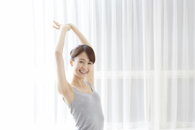 早朝に運動する女性